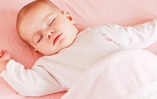 Sicherer #Babyschlaf minimiert das Risiko für plötzlichen Kindstod #Baby und der heilige #Schlaf. Ein Thema, dass Eltern in den ersten Lebenswochen und Monaten stark beschäftigt. Neben den #Einschlafproblemen, den #Durchschlafthemen wird ein Schlafthema auch immer wieder von außen an einen herangetragen. Das ist der sichere #Babyschlaf(platz).