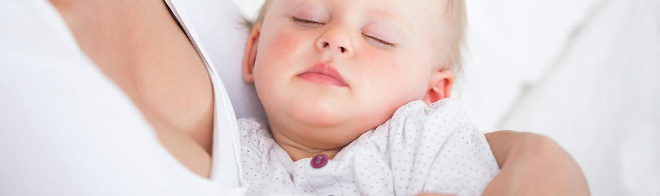 Wie viel Schlaf brauchen Babys und Kleinkinder? So viel Schlaf brauchen Babys und Kleinkinder wirklich. Die Durchschnittswerte für 🌙 Nachtschlaf und Mittagsschlaf🌞 variieren genauso wie bei uns Erwachsenen