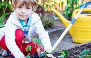 Wie Kinder im Garten beschäftigen? {Einfach mitmachen lassen: Gärtnern mit Kindern Tipps}