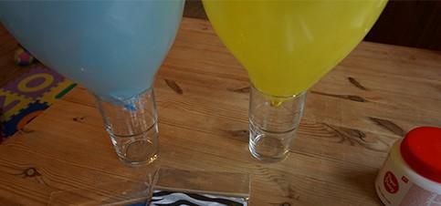 Material für Kinderleichte Laterne basteln aus einem Luftballon und Transparentpapier. Luftballon Laterne basteln mit Kleinkind Vorlage gibt es hier. Basteln mit Kindern, Laterne basteln Kleinkind