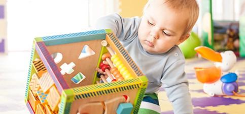 Motorische Entwicklung von Babys und Kleinkindern fördern mit Motorikspielzeug. Eine Auswahl an Tipps und Empfehlungen, um die Feinmotorik spielerisch zu fördern und eine Tabelle zur motorischen Entwicklung gibt es hier.