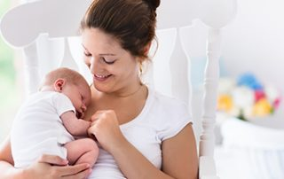 10 Tipps fürs Wochenbett - die erste Zeit mit Baby Was braucht man im Wochenbett? Diese Frage stellen sich viele werdende Mamis. Meine 10 Tipps fürs Wochenbett helfen dir bei der Vorbereitung aufs Wochenbett