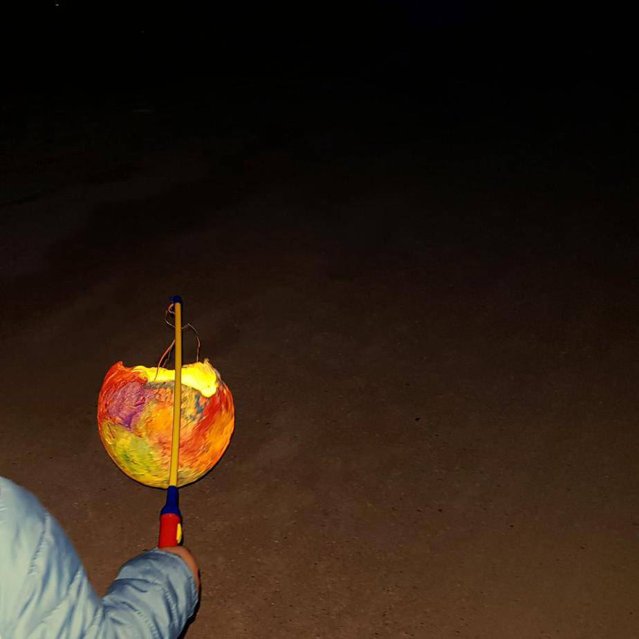 DIY Luftballon Laterne basteln mit Kindern - Kinderleichte Laterne basteln aus einem Luftballon und Transparentpapier. Luftballon Laterne basteln mit Kleinkind Vorlage gibt es hier. Basteln mit Kindern