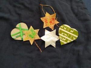Sterne und Herzen als Tannenbaumschmuck gemeinsam mit Kindern basteln für Weihnachten. Verschenkt wird Zeit und Liebe.