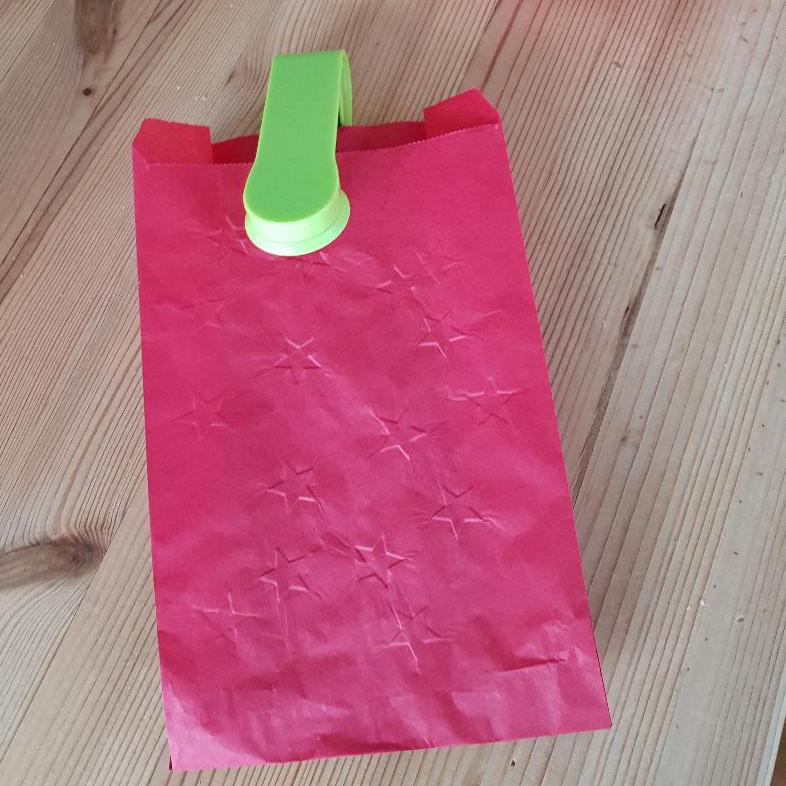Weihnachtsdeko basteln mit Kindern schnell und einfach mit Butterbrottüten. Weihnachtsbasteln mit Kindern mit Anleitungen auch für kleine Kinder machbar