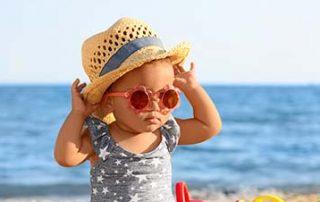 Baby mit Sonnenbrille - Ab wann ist eine Sonnenbrille für Baby sinnvoll? Kindersonnenbrille kaufen