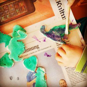 Salzteig Ideen mit Kindern_ Dinosaurier anmalen