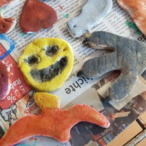 Auch für Halloween hat mein 5-Jähriger ein gruseligen Smily aus Salzteig angemalt